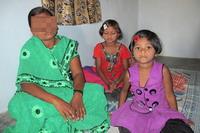 Żona pastora Sadavira i dwoje z jego trójki dzieci